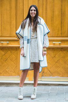 Co-founder do e-commerce Gallerist, Amanda Cassou usa vestido estampado off white e azul, capa off white e azul, anke boots off white, bracelete ouro velho, colares dourados, street style, paris fashion week.