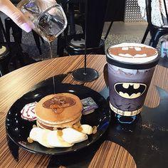 Se os fãs de Star Wars ficaram malucos com o restaurante inspirado na saga que abriu em São Paulo (SP), é a vez dos fãs do universo DC se maravilharem com cafés que fazem referênciaasuper-heróisda DC– o problema é que eles ficam um pouquinho mais longe, na Ásia. Na Malásia, na China, em Singapura, em Macau e em Hong Kong, os caf�...