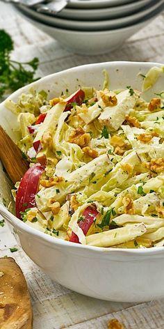 Unser Spitzkohlsalat schmeckt einfach in jeder Jahreszeit! Mit Apfelstücken und Walnusskernen ist dieses Gericht ein absolutes Highlight unter den Kohl-Rezepten. Wenn du keinen Spitzkohl zu Hause hast, kannst du auch Weißkohl verwenden. Lass es dir schmecken.