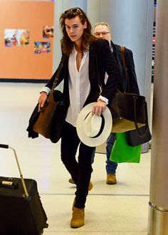 Harry Styles Arrives in Miami for Holiday Vacation With His Mom!: Photo Harry Styles looks super stylish and carries a hat while making his way through the airport on Saturday (December in Miami, Fla. Harry Styles Mode, Harry Edward Styles, Harry Styles Style, Harry Styles Fashion, Mr Style, Style Icons, Rock Elegante, Rock N Roll Style, Fashion Moda