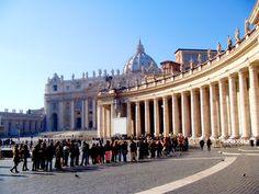 """Watykan plac przed Bazyliką Św. Piotra zdjęcie  zrobione w styczniu, kiedy w Rzymie panuje """"martwy sezon"""" widać to po ilości turystów w kolejce do Bazyliki;)"""