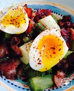 Paleo Dinner Asparagus with Bacon and runny Egg with Chili Flakes and Salt and Pepper - eatPerformance