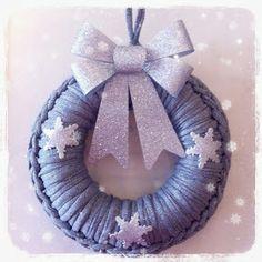 Corona Navidad con Trapillo ~ Forrar una corona de Porexpan con punto bajo y echarle imaginación con los adornos.