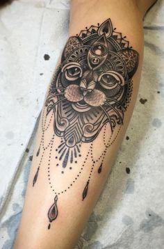 tatouage chat mandala sur l'avant-bras