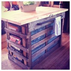 How to make a DIY kitchen Island. Love this rustic pallet island. Homemade Kitchen Island, Pallet Kitchen Island, Pallet Island, Kitchen Islands, Pallet Bar, Pallet Furniture, Rustic Furniture, Home Design, Layout Design