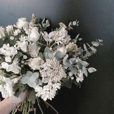 요즘 좋은 일이 있는건지  나쁜 일이 있는건지 모르겠다.. 공존하는구나 . . . #flower #flowergram #florist #thebburi #instaflower #handtied #flowerlesson…