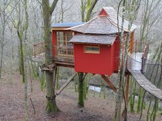 A small treehouse sleeping cabin with Japanese-influenced styling in Mmonpazier, France.