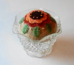 Handmade Autumn Blossom Wool Pin Cushion von QuiltShenanigans