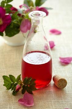 Den skønneste saft, der kan laves, så længe hybenroserne blomstrer. Lav evt. en stor portion og frys den ned.