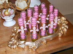 Tubetes decorados cheios de Menthos cor de rosa, um dos personalizados colocados na mesa e entregues como lembrancinhas para as crianças.