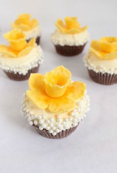 Learn how to make easy fondant daffodils in this simple tutorial!