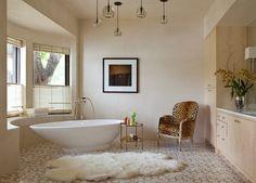 Badezimmer Design im Art-Deco-Stil-Kunstfell-Decke am Boden-Sessel mit tierischem Print