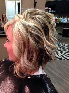 Love this hair style Spring Hairstyles, Pretty Hairstyles, Bob Hairstyles, Beautiful Haircuts, Medium Hair Cuts, Medium Hair Styles, Curly Hair Styles, Hair Color And Cut, Haircut And Color