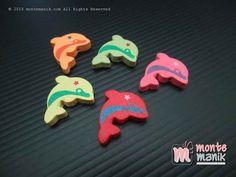 http://montemanik.com/product/manik-kayu-dolphin-mku-034/ Manik Kayu Dolphin (MKU-034) Diameter 2,5 cm Warna campur disesuaikan dengan stock yang masih tersedia. Ada lubang tembus pada ujung samping manik Dalam 1 set manik kayu terdiri dari 5 buah ornamen  bahan bros, bahan craft, bahan gelang, bahan kalung, Manik kayu, manik kayu lucu, manik-manik, montemanik -  - #BahanBros, #BahanCraft, #BahanGelang, #BahanKalung, #ManikKayu, #ManikKayuLucu, #ManikManik, #Montemani