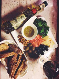#parmigiana #olive #salad #salmon #cashew #redwine #ventadelbaron #bread #healtyfood