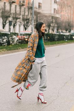 Sweatpants and high heel sandals look, plaid print coat, brown tones tartan print coat, baggy sweater and sweatpants outfit, edgy street style look,