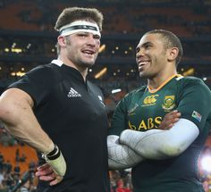 Respect and camaraderie: All Blacks skipper Richie McCaw and Boks wing Bryan Habana, post game. World Cup Champions, Rugby World Cup, Rugby League, Rugby Players, Rugby Pictures, South African Rugby, Richie Mccaw, Rugby Games, All Blacks Rugby