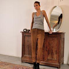 Le Ket wool pants : https://www.fier-store.nl/en/new/269-le-ket-crepe-light-sigar.html Le fabuleux Marcel tank : https://www.fier-store.nl/en/new/267-le-fabuleux-marcel-vintage.html