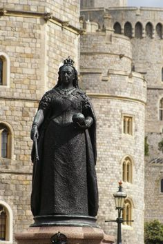 'Widow of Windsor' Queen Victoria statue stands just outside the walls of the castle at busy Windsor intersection Queen Victoria Prince Albert, Victoria And Albert, Norfolk, Royal Residence, Windsor Castle, London England, Windsor England, British Monarchy, Sculpture