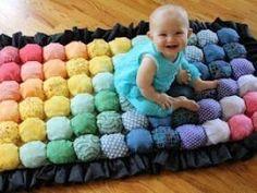 Découvrez comment faire ce magnifique tapis boules, réalisé avec toutes sortes de chutes de tissu. Le résultat est superbe et bébé à l'air de beaucoup apprécier.. b[Tapis boule... - Tutoriel faire un tapis boules !