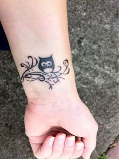 If you are looking forward to make an tattoo then obviously choose an experienced artist .So here are some creative pictures of Cute Owl Tattoo Designs to Ink. Owl Tattoo Design, Tiny Owl Tattoo, Cute Owl Tattoo, Bird Tattoo Men, Tattoo On, Tatoo Art, Wrist Tattoo, Mini Tattoos, Body Art Tattoos