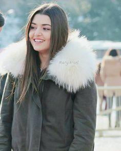 "967 Beğenme, 11 Yorum - Instagram'da Hande Erçel ☪ (@mary.ercel): ""cutee . Follow / Takip @mary.ercel . . . #handeercel #handeerçel #handemiyy #hefc #selin…"""