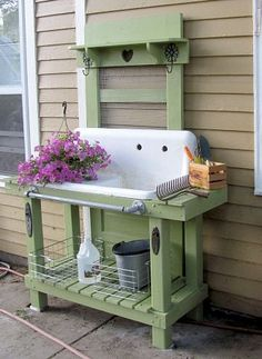Love this idea! Wish I had an old sink! potting table - ♥ that old sink! Pallet Potting Bench, Potting Tables, Potting Bench With Sink, Rustic Potting Benches, Outdoor Projects, Garden Projects, Diy Projects, Pallet Projects, Garden Art