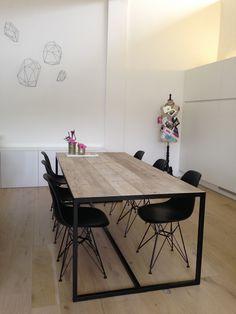 Houd je van een industriële look, dan is deze tafel een aanwinst voor je huis! Deze tafel met ingelegd blad oogt zeer minimalistisch en stijlvol, met een slank onderstel uit staal....