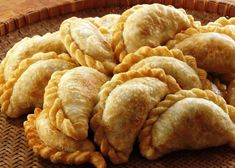 A version of the traditional empanada argentina, these delicious empanadas can be prepared as an appetizer for a barbecue or family meal. Mexican Food Recipes, Snack Recipes, Cooking Recipes, Snacks, Great Recipes, Healthy Meals For Kids, Easy Healthy Recipes, Healthy Sides, Argentine Buenos Aires