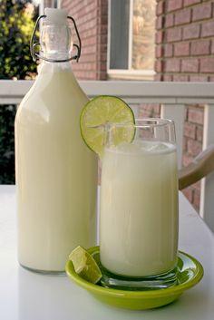 LIMONADA BRASILEIRA: 4 limões suculentos 1 xíc de açúcar, 6 xíc de água fria, 6 colh (sopa) de leite condensado. COMO FAZER: Misture água fria e o açúcar e deixe na geladeira. Lave os limões. Corte em 8 partes. Coloque 1/2 dos limões em  liquidificador e adicione 1/2 da água com açúcar e pulse 5 vezes. Coe. Pressione com uma colher, retirando todo o sumo. Repita na outra metade. Adicione o leite condensado; mexa e sirva imediatamente com gelo.