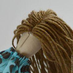 Eu Amo Artesanato: Cabelo da Tilda passo a passo Fabric Doll Pattern, Fairy Hair, Fabric Brooch, American Girl Crafts, Fabric Toys, Sewing Dolls, Doll Tutorial, Doll Hair, Crochet Squares