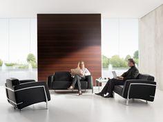 Die Loungemöbel der Serie Classic greifen den zeitlos-modernen Bauhaus-Stil auf. Design und Funktionalität sind in optimaler Weise verbunden: Beides macht den repräsentativen Charakter der Classic Möbel aus. So schafft etwa die Kombination weicher Polster und kühlen Metalls eine unverwechselbare Atmosphäre.
