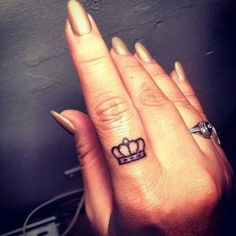 Thinking about getting some finger tattoos? We love this crown tattoo design. Want more tattoo ideas? Discover more finger tattoos, and get all your inkspiration here. Finger Tattoo Designs, Crown Finger Tattoo, Queen Crown Tattoo, Small Crown Tattoo, Tiny Finger Tattoos, Finger Tats, Small Tattoos, Ring Finger, Tattoos On Fingers