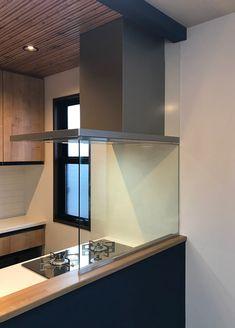 オイルガード「ウォールタイプ」を施工された事例です。ウォールタイプは天地完全にガラスでカバーするので、リビングへの油はね・水はね、煙の侵入を防ぎます。 New House Plans, Home Decor Kitchen, My House, Sweet Home, Indoor, House Design, Interior, Room, Furniture