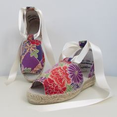 Espadrilles, classic sandal, realizada en algodón estampado con tonos púrpura.