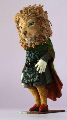 Yoo Moo lion in green Needle Felted Animals, Felt Animals, Needle Felting, Felt Diy, Felt Crafts, Felt Mouse, Felting Tutorials, Creepy Cute, Felt Dolls