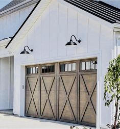 Do You Want Modern Farmhouse Style In Your Exterior? If you need inspiration for the best modern farmhouse exterior design ideas. Our team recommends some amazing designs that might be inspire you. We hope our articles can help you. enjoy it. Farmhouse Exterior Colors, Exterior Paint Colors, Modern Exterior, Exterior Design, Modern Garage, Grey Exterior, Barn Door Garage, Garage Exterior, Garage House