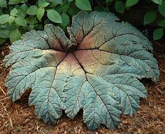 DIY concrete leaf casings to decorate the garden