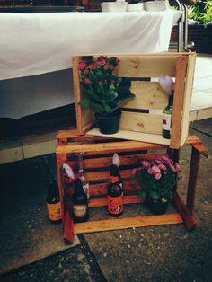 Decoração: Caixotes + Flores + Cervejas + Corações de Feltro