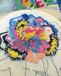 No poder bordar una cosa a la vez  #investigacionpermanente… Creative Embroidery, Embroidery Thread, Floral Embroidery, Cross Stitch Embroidery, Embroidery Designs, Crochet Projects, Sewing Projects, Embroidery Techniques, Embroidered Flowers