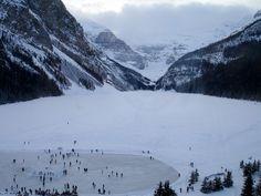 Chaque année les habitants de Banff au Canada attendent avec impatience que les températures négatives transforment le lac Louise en patinoire naturelle. Un décor de rêve au pied de l'imposant Victoria Glacier s'offre aux patineurs...plus de patinoires en plein air sur le blog   Crédit Photo: Wilson Hui - Flickr