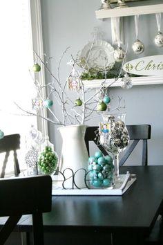 Weihnachtsdekorationen tisch blau grün weiße porzellan kanne zweig
