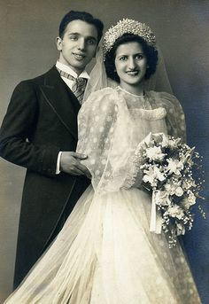 Italian Vintage Photographs~ April 1940 Wedding Day of Vincent Mario Cacciatore and Mary LaTorre Cacciatore. Vintage Wedding Photos, Vintage Bridal, Vintage Weddings, Country Weddings, Lace Weddings, Silver Weddings, Romantic Weddings, Wedding Pictures, Wedding Couples