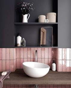 3 idées pour une déco en gris et rose dans la salle de bain | My Blog Deco Kitchen Wall Tiles, Bathroom Flooring, Bathroom Wall, Bathroom Interior, Bathroom Ideas, Kitchen Backsplash, Bathroom Trends, Bath Ideas, Kitchen Sink