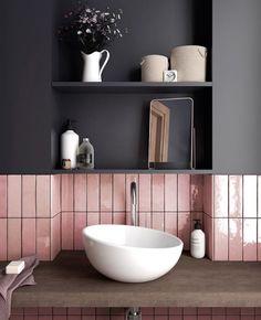 3 idées pour une déco en gris et rose dans la salle de bain | My Blog Deco Kitchen Wall Tiles, Bathroom Flooring, Bathroom Wall, Bathroom Interior, Bathroom Ideas, Kitchen Backsplash, Bathroom Trends, Bath Ideas, Kitchen Sink