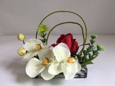 Orchidée blanc, rose rouge sur pierre pour columbarium