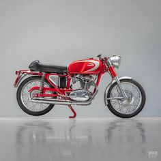 No, Mike Hailwood wasn't the first rider to win the IOM on a Ducati. Ducati Motorcycles, Bobber Motorcycle, Ducati Cafe Racer, Cafe Racers, Street Tracker, Bike Art, Scrambler, Motorbikes, Classic Cars