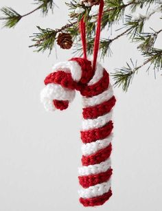 Free crochet candy cane free pattern. Make crochet Christmas decorations with this free pattern.