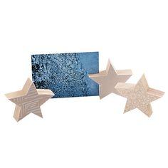 Kartenhalter / Fotoständer: Stern aus Holz (Tanne/Fichte) Vorderseite mit Stoff bezogen, Rückseite weiss bemalt mit Magnet und Schlitz Durchmesser ca. 10cm, H 3cm