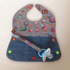 2-in-1 slabbetje van recyclede kleding. 2-in-1 bib, made of recycled clothes. #GoodsToRemember